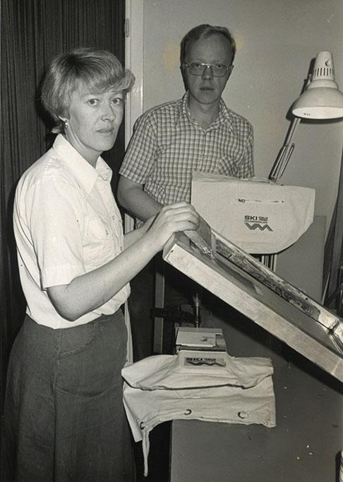 Astrid og Ernst Granly forran trykkmaskinen