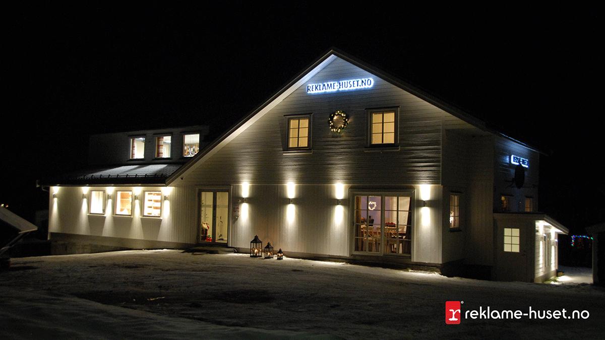 Reklame-Husets fasade på vinteren