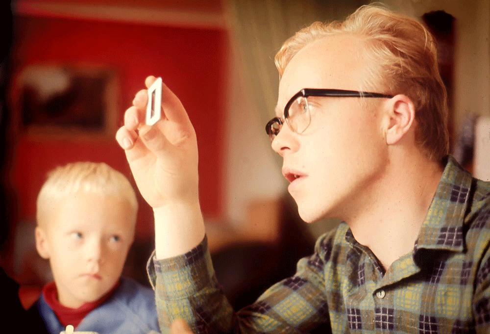 Lille Olav titter opp på far Ernst Granly