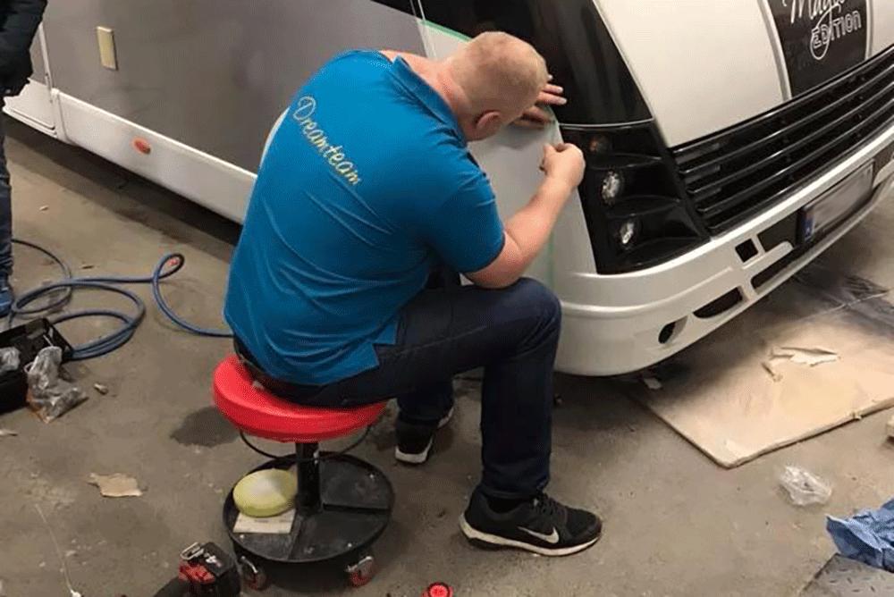 Olav Granly monterer bildekor