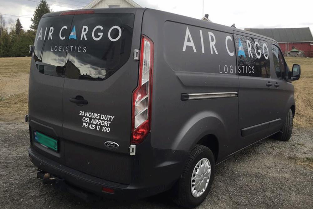 Eksempel på helfoliering av varebil, med logo-trykk