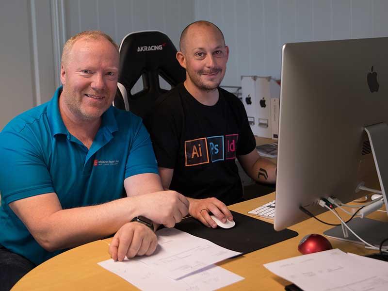 Daglig leder Olav Granly og grafisk designer Åge Skjellum Bakken