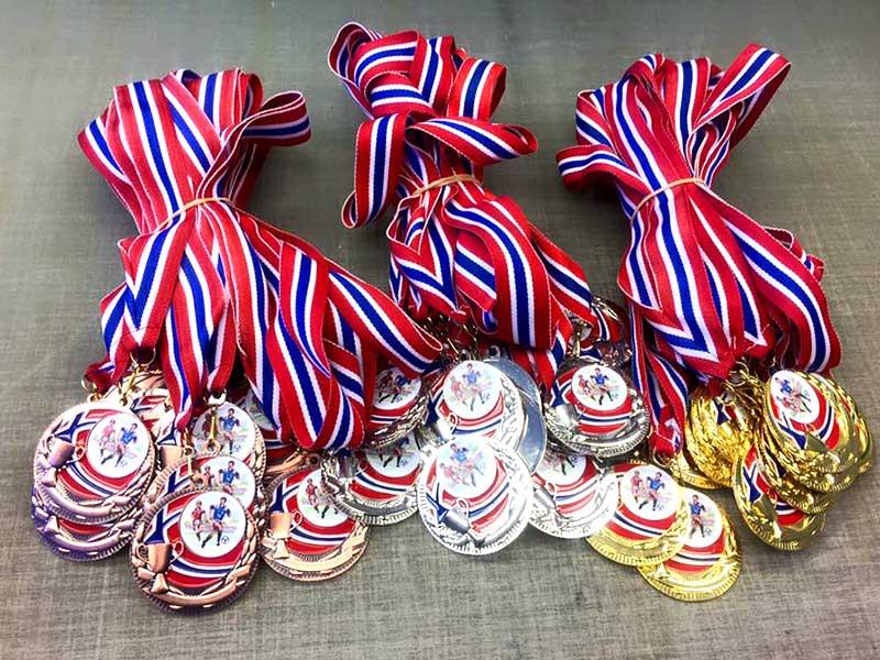 Medaljer med bånd i norske farger