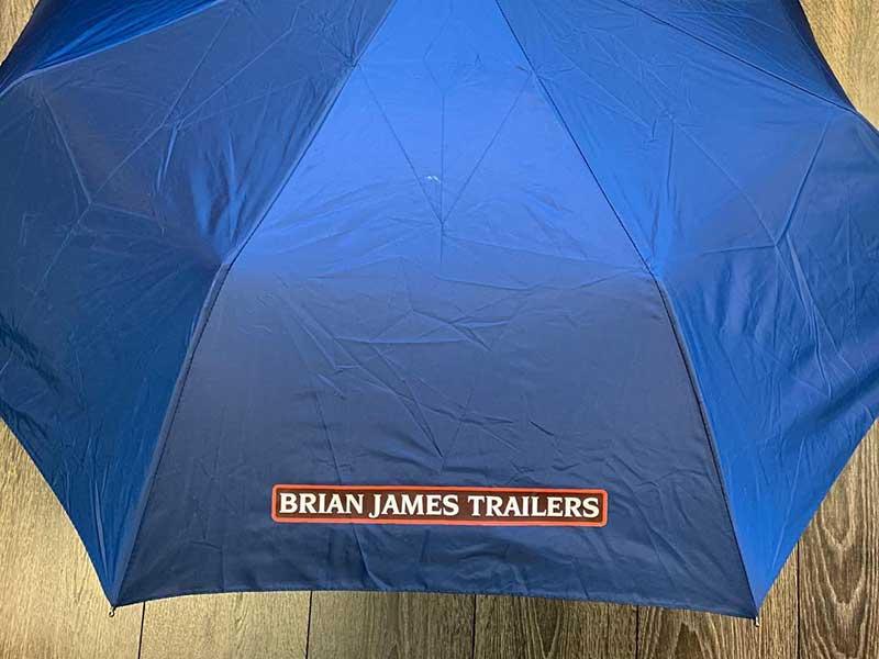 Paraply med logotrykk