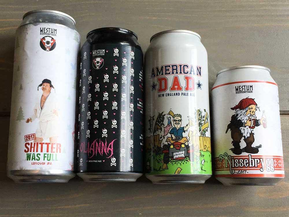Etiketter trykket på forskjellig underlag, festet på ølbokser
