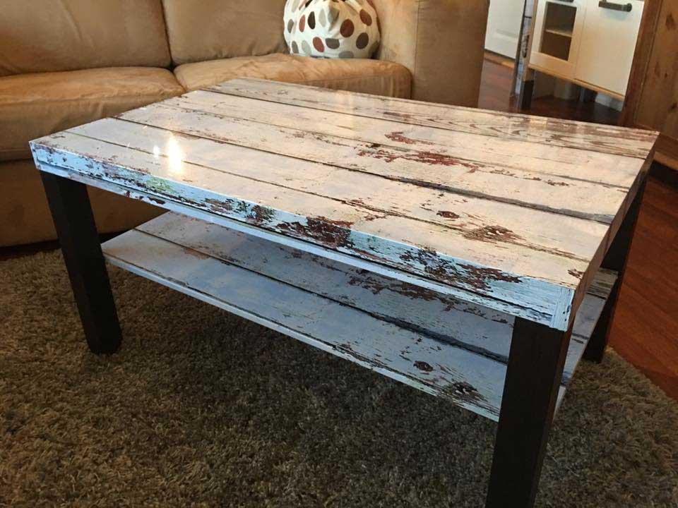 Stuebord med folier plate og hylle