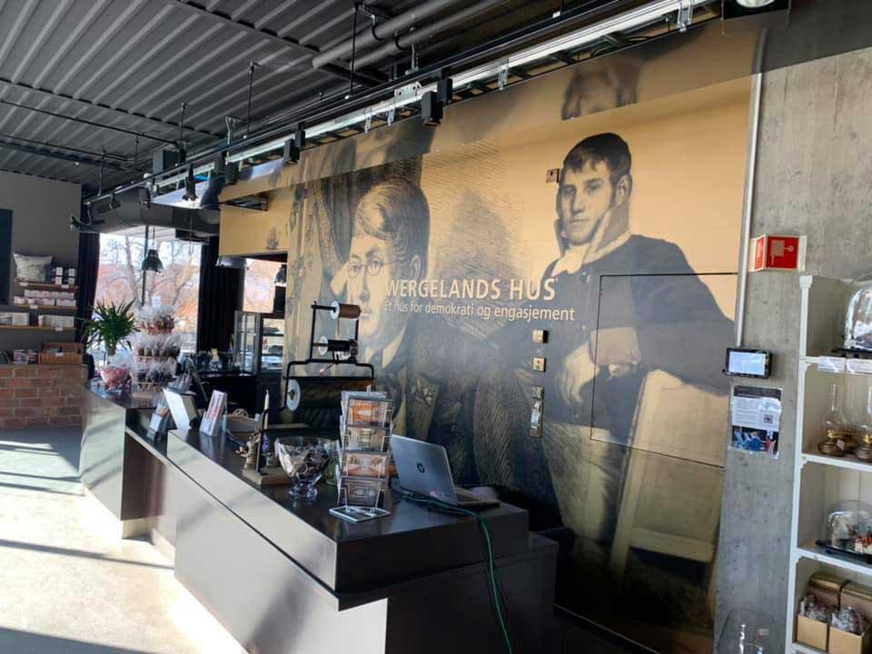 Foliert vegg i kaffe med bilder av Eidsvollmennene