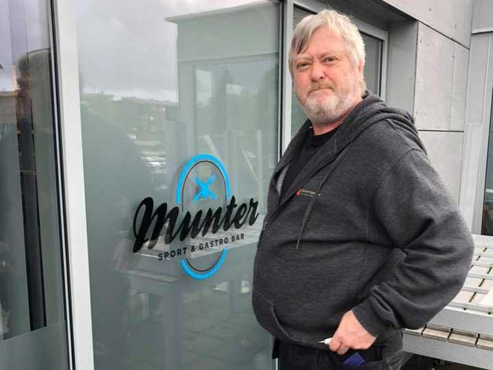 Frostet folie på vindu med Munter-logo og montør fra Reklame-Huset